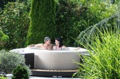 Elegant im Softub Wirlpool sitzen  und im eigenen Garten entspannen.  Natur pur erleben und was für  die Gesundheit tun.